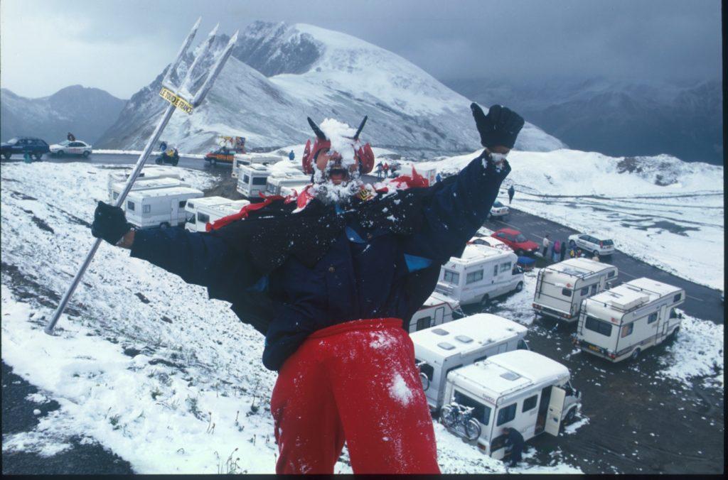 En 1996, Didi El Diablo (déjà présent) avait accueilli les coureurs sous la neige en haut du Galibier.