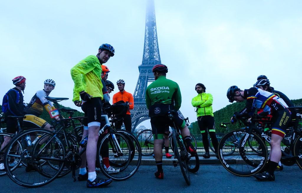 Devant la Tour Eifel