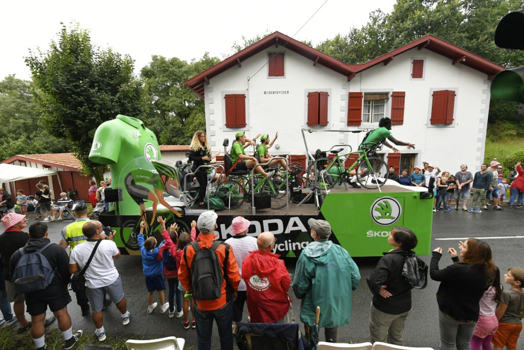 Distribution de goodies par la caravane SKODA