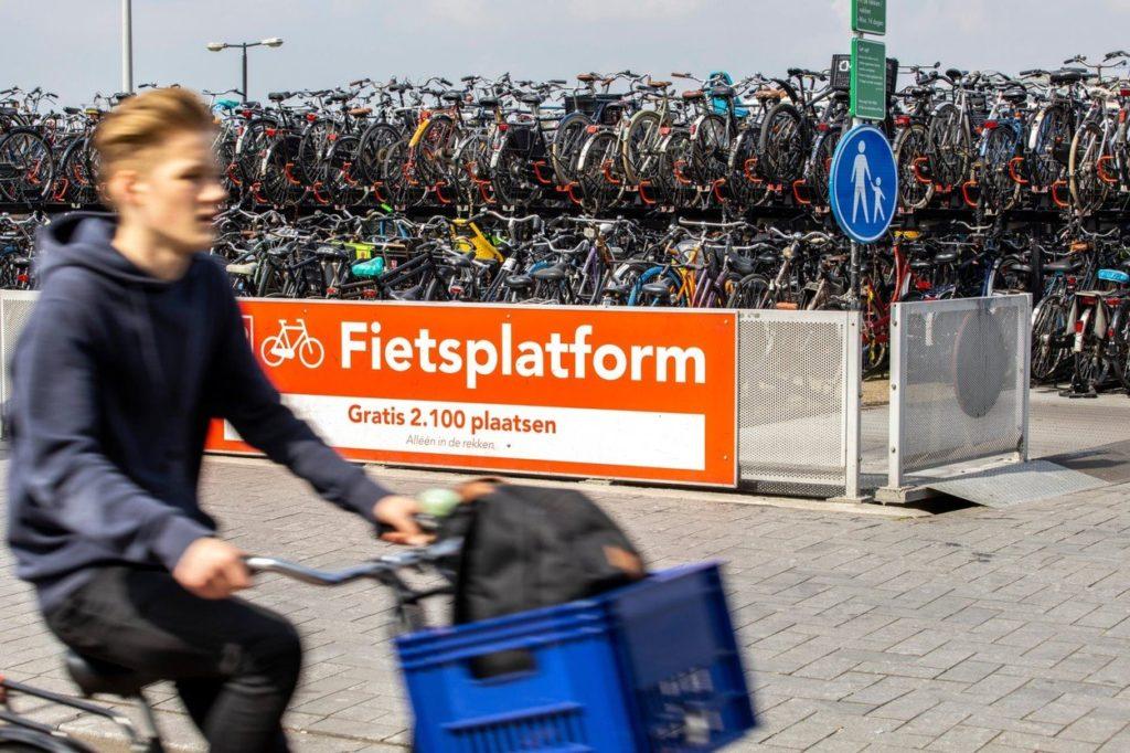Garage à vélo à la gare centrale d'Amsterdam.