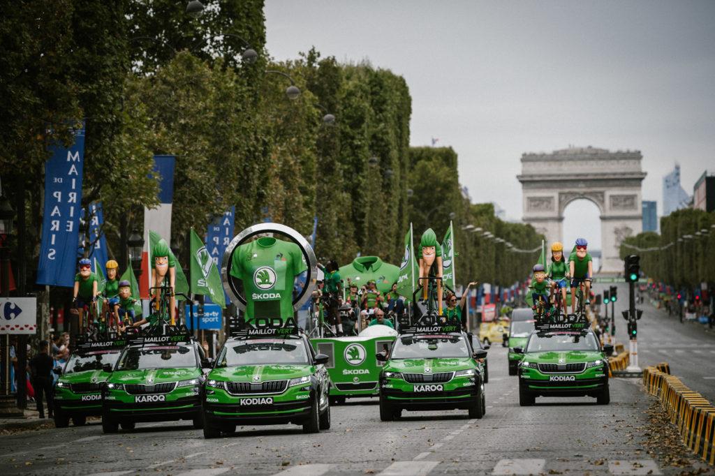 La caravane sur les Champs-Elysees