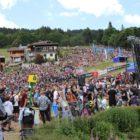 La relève VTT court à domicile devant une foule compacte