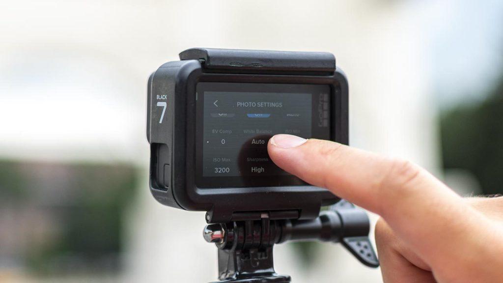 Sur la GoPro, les réglages peuvent se faire directement sur l'écran tactile situé à l'arrière de la caméra.