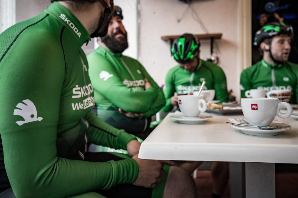 Réunis autour d'un café.