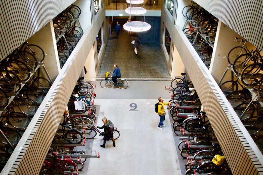 Un parking à vélo couvert à Utrecht (Pays-Bas).