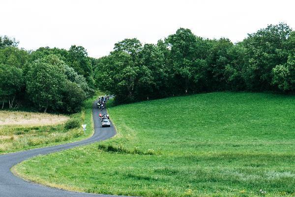 les cyclistes et le skoda kodiaq sur la route