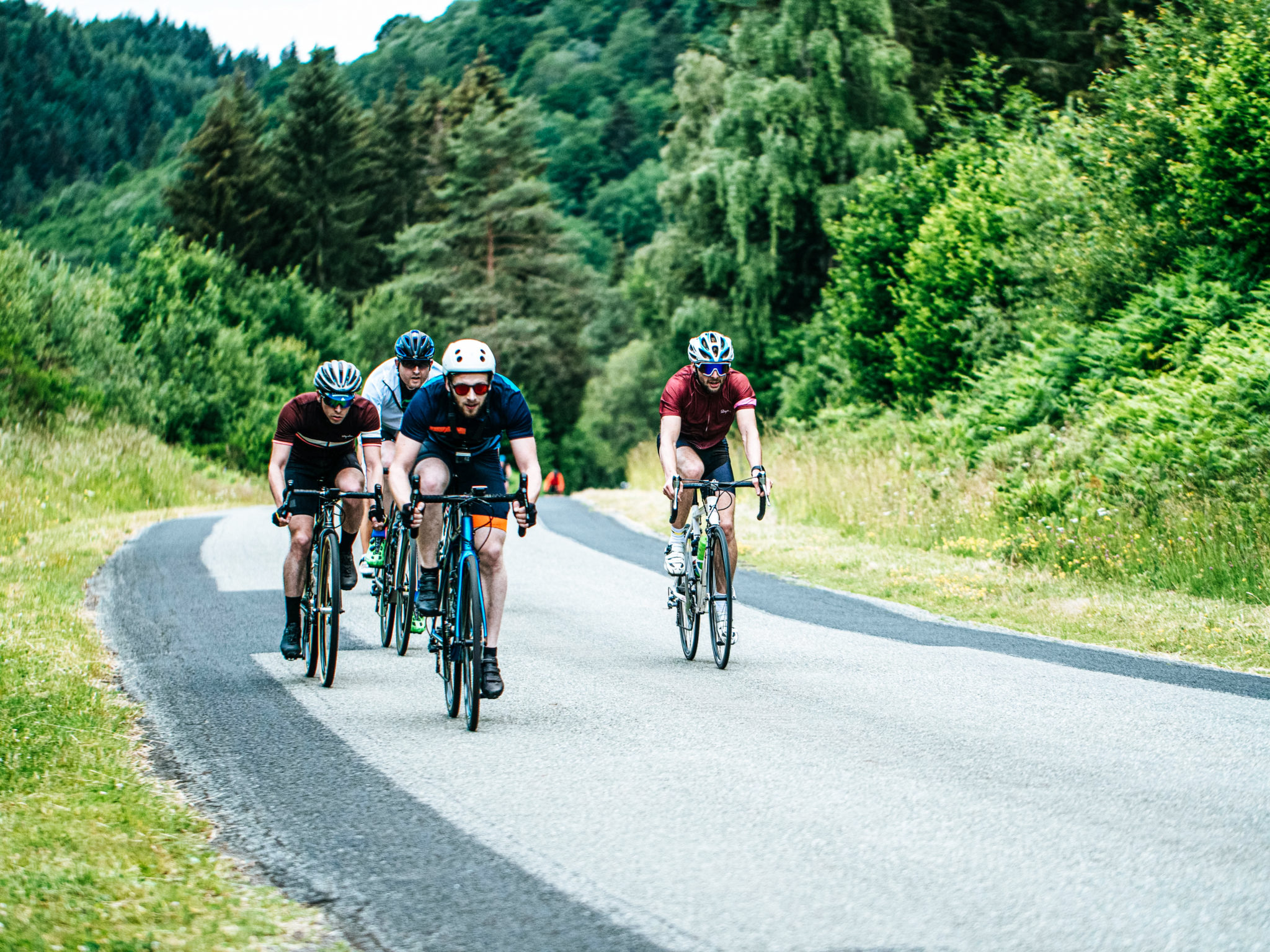 Des cyclosportifs s'entrainant à rouler en peloton.