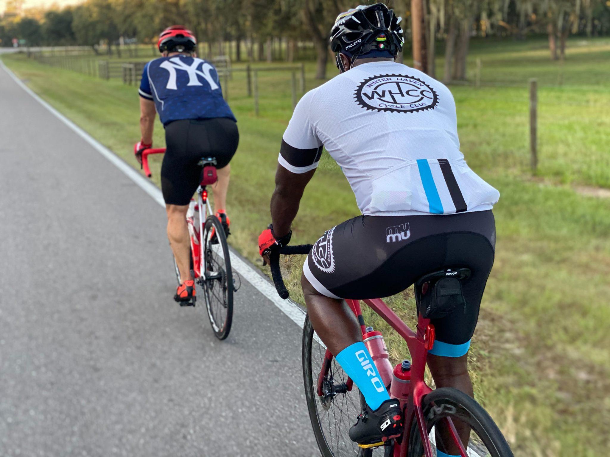Deux cyclosportifs à l'entrainement