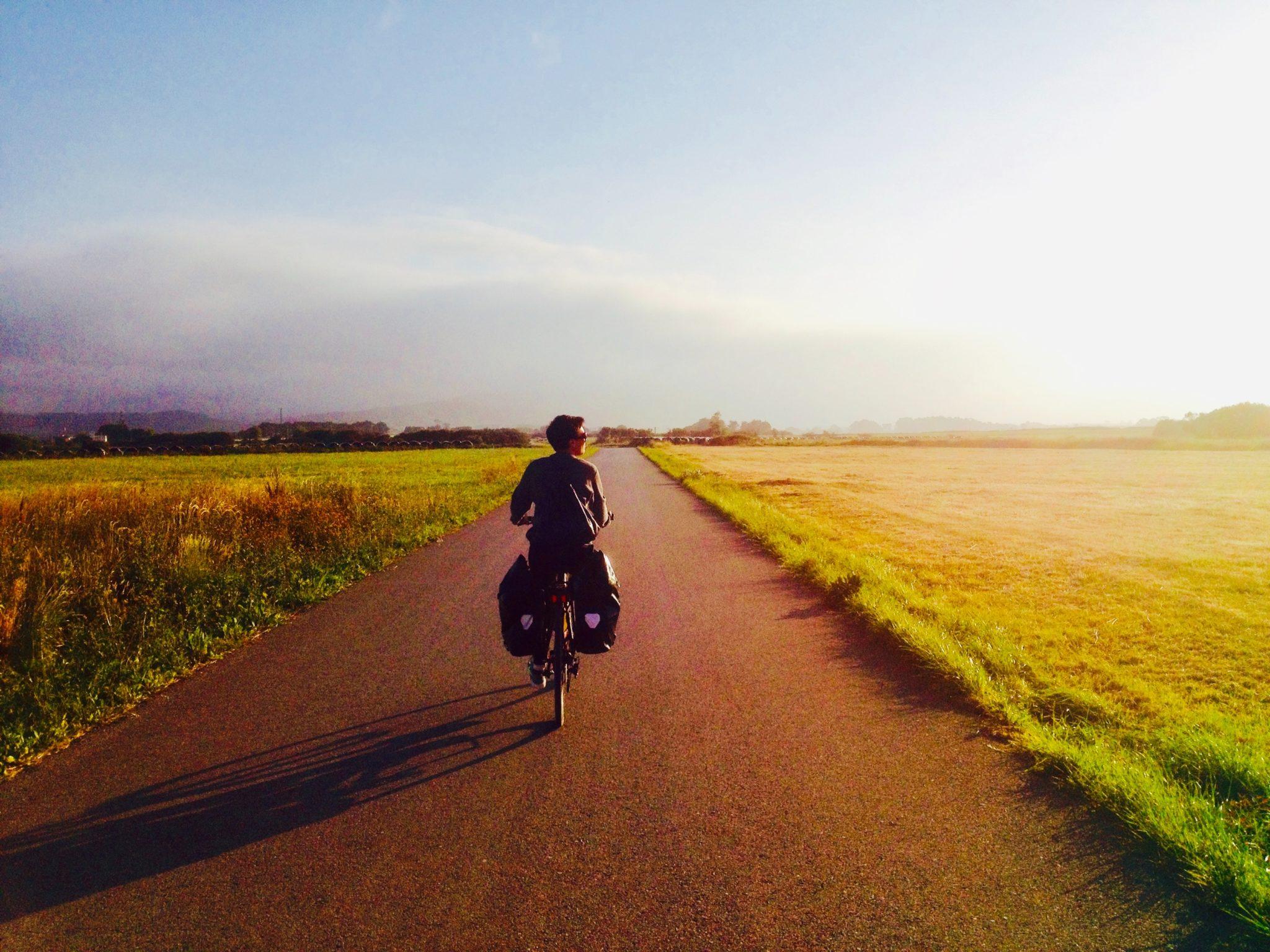 Couché de soleil sur une piste cyclable en Italie